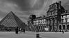 F3117 ~ Le Louvre et ses pyramides (Teresa Teixeira) Tags: paris louvre pyramides bw blackandwhite teresateixeira