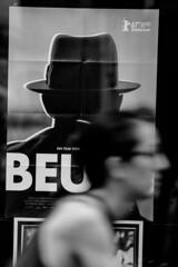 Heidelberg - Beuys (Picturepest) Tags: streetphotopgraphy person personen persons people leute streetscene strassenszene publicplace öffentlicherplatz city urban urbanity urbanstreet europe europa heidelberg schwarzweis schwarzweiss sw blackwhite bw blackandwhite schwarzweisfotografie schwarzweissfotografie monochrome noir twit twart einfarbig