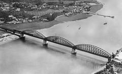 Spoorbrug over de Waal bij Nijmegen. Het zuidelijke landhoofd is ontworpen door architect Pierre Cuypers (1827-1921), de architect van het Rijksmuseum en het Centraal Station in Amsterdam. In de 2e wereldoorlog is de middelste boog twee keer opgeblazen. (hansr.vanderwoude) Tags: bridge lent waal nijmegen benedenstad