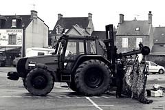 Travaux de soudure (Un jour en France) Tags: monochrome tracteur street rue rust soudeur