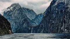 Montañas de Milford Sound (Miradortigre) Tags: firodland fiordo milfordsound newzealand tasmansea nuevazelanda costas montañas estrecho sound mar sea paisaje landscape