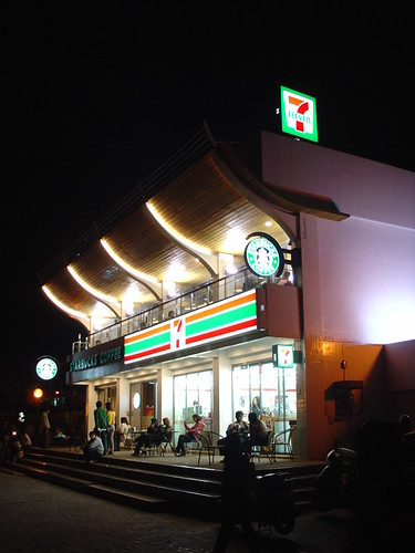 星巴克與7-11的複合膠囊 Starbucks in the end of the old street in Tamshui