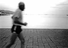 Porto di La Spezia: corridore (Mr.Pitone) Tags: sea people blackandwhite bw port mare liguria bn porto biancoenero laspezia corridore italybw fotoincatenate concorsobianconero bncittà bnsport concorsobianconeromrpitone concorsobianconeromrpitone1