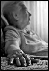 Ita (DavidGorgojo) Tags: grandma bw film topf25 analog 35mm reflex fuji dof hand minolta superia bn abuela mano pelicula dynax anciana analogica 100club analogic profundidad spxi 50club abigfave