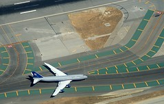 20060910133804kpaotoo69 ksfo rwy28 (midendian) Tags: sanfrancisco california airplane airport sfo aircraft aviation united aerial sanfranciscobay boeing sanfranciscoca runway boeing747 747 taxiway ksfo taxiways runways rwy28 united747