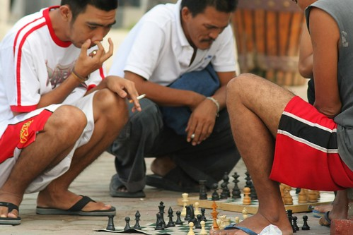 men playing chess sidewalk baywalk manila  Buhay Pinoy Philippines Filipino Pilipino  people pictures photos life Philippinen  菲律宾  菲律賓  필리핀(공화국)