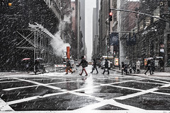 Snow and daily scenes in Manhattan #2 |New York|USA (Giovanni Riccioni) Tags: 2018 5d america canon canonef50mmf18stm canoneos5d eos fullframe giovanniriccioniphotography march marzo newyork states statiunitidamerica travel usa unitedstatesofamerica viaggiare viaggio neve snow street streetphotography avenue storm atmosphere atmosfera bufera incrocio crossroad linea linee segnaletica roadsigns road signal grattacieli grattacielo skyscraper skyscrapers lines smoke vapor steam nyc 50 50mm trafficlight