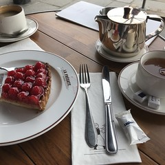 Thé Complet (=Mirjam=) Tags: iphone lafregate brasserie paris tea cake gateau framboise sweet weekendtrip april 2018
