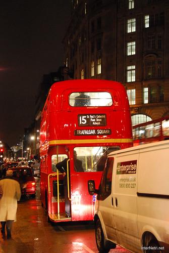 Двоповерховий автобу Лондон вночі InterNetri United Kingdom 0420