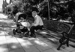 Amor de abuelo (146/365) (Walimai.photo) Tags: black white blanco negro byn branco preto street calle candid robado portrait niño abuelo kid grandpa grandfather banco bench lx5 lumix salamanca spain españa panasonic