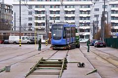 Nach der Abladung von Wagen 2751 wird auch der Zweiteiler 2701 an die Rampe geschoben (Frederik Buchleitner) Tags: 2701 anlieferung avenio betriebshof betriebshof2 mvg munich münchen schwertransport siemens strasenbahn streetcar twagen t2 tram trambahn