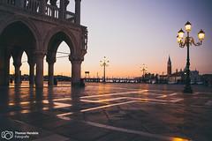 Der Markusplatz erwacht (thendele) Tags: reise reisereportage fotoreportage italien lagunenstadt markusplatz reisen venedig venezia veneto