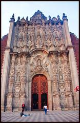 main door (ibarenogaray) Tags: méxico df catedral zócalo puerta escultura arquitectura atardecer rojizo