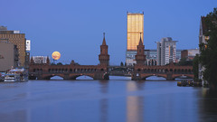 Rising Moon at the Sunset (Light Levels Photoworks) Tags: architecture architektur allemagne adventure berlin oberbaumbrücke moon mond sunset sonnenuntergang spree reflexion reflection spiegelung blue hour blaue stunde berliner brücke bridge boat hotel city cityscape d750 deutschland dämmerung dusk europe europa earth fluss germany hdr teleobjektiv landscape landschaft moment nikon nightshot nikkor outdoor perspectives paysage photography perspektive river stadt street streets sweet skyline sunlight skyscraper skycraper time travel twillight tower allianz urban view voyage viewpoints ville world wasser water