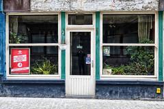 pech (roberke) Tags: huis house gevel facade windows ramen vensters deur door vervallen plant street straat oostende reklame selfie pictogram reflecties