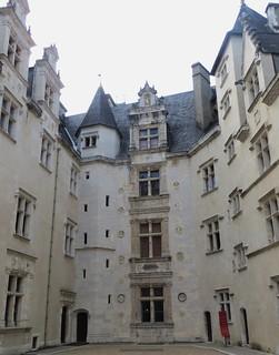 Cour d'honneur, château royal, Pau, Béarn, Pyrénées Atlantiques, Aquitaine, France.