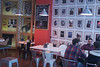 Seguimos cierta ruta en diagonal. (elojeador) Tags: hombre chico café lámpara cuadro retrato silla mesa taburete bar pub cafetería restaurante banjo guitarra camiseta pizarra tapa ración elbardeéric porlavíaláctea elojeador