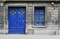 distributie (roberke) Tags: huis house door deur raam venster window straat street gevel facade gebouw blauw blue bleu vervallen