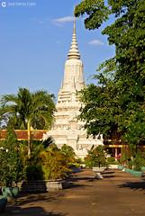 06-11-09 Laos-Camboya Phnom Penh (345) O01 (Nikobo3) Tags: asia camboya cambodia phnompenh palacioreal arquitectura architecture paisajeurbano travel viajes nikon nikond200 d200 nikondx182003556vr nikobo joségarcíacobo