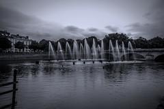 Jets d'eau sur la Mayenne (Fotomaniak 53) Tags: eau jets rivière ville mayenne laval 53 nb wb monochrome canon eos raw 550d fotomaniak53 célinel