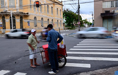 Stop (Helvio Silva) Tags: rua street afternoon tarde crosswalk corners esquinas centro downtown pessoas people luzes lights dusk joãopessoa paraiba brasil nordeste helviosilva