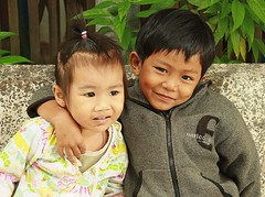 young love (the foreign photographer - ฝรั่งถ่) Tags: two children boy girl sitting young love khlong thanon portraits bangkhen bangkok thailand canon