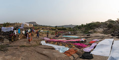 Pèlerins, Hampi, Karnataka, Inde (Pascale Jaquet & Olivier Noaillon) Tags: séchagedulinge panorama11 pélerins lessive linge hampi karnataka inde ind