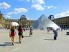 Deux styles (Raymonde Contensous) Tags: paris streetlife louvre pyramidedulouvre