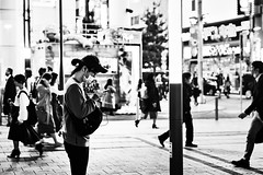 Tokyo 25_04_18 (Alessandro Dozer Fondaco) Tags: tokyo japan giappone street photography bianco nero black white bn bw telefono cellulare cellphone cell persone people viaggiare travel notte night
