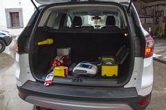 El vehículo transportará un aparato desfibrilador, así como un extintor, luces, cintas y linternas.