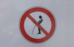 Weinfest in Meersburg, weil se immer alle inne Ecken machen. (QQ Vespa) Tags: verbotsschild meersburg bodensee urinieren pinkeln volksfest pissen sign roadsign verkehrsschild verkehrszeichen verbot mann weinfest