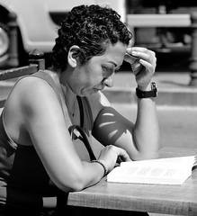 _DSC0986 - Liseuse (Le To) Tags: nikond5000 noiretblanc nerosubianco bw monochrome ritratto portrait livre personnes femme