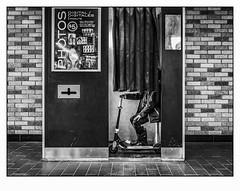 Ma meilleure copine. (francis_bellin) Tags: mars olympus noiretblanc monochrome trottinette street blackandwhite streetphoto photoderue 2018 photomaton métro montréal