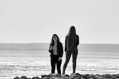 Promenade (Staropramen1969) Tags: girls mädchen meer wasser chicas mar agua lesfilles lamer leau dziewczyny morze woda tytöt meri vesi dívky moře voda flickor hav vatten девушки море вода
