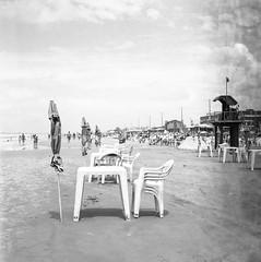 (glauberpitfall) Tags: filmphotpgraphy yashicamat yashinon80mm ilfordhp5 blackandwhite monochrome beach tramandaí brasil