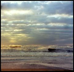 Otra del amanecer en la playa (mavricich) Tags: mar mañana argentina amanecer sol nubes nublado color cielo colores agfa isolette lomography 6x6 película pinamar playa paisaje