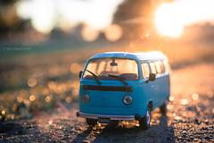 Un Símbolo (Tato C) Tags: van camioneta combi macro toy juguete colección sol sun bokeh sunrise amanecer camino road volkswagen hippie sombra shadow furgon wagon transporter kombiwagen