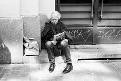 pause lecture (abdelkrim13) Tags: 6min p5042018 streetphoto summitar zeissikonzm lc29 lecture passants pause personnes street