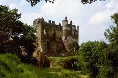 Saint-Rémy de Blot (Puy de Dôme) (Cletus Awreetus) Tags: france puydedôme auvergne strémydeblot architecture pierre châteaufort moyenâge middleage été ruines