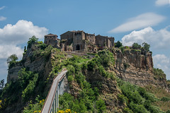 The Clinging Town (Tati@) Tags: civitadibagnoregio lacittàchemuore roccia ponte dyingtown canyon pedestrianbridge