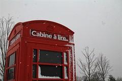 Les yeux rivés vers le ciel (MarieCollinPhotos) Tags: neige rouge livre cabine blagnac toulouse hiver blancetnoir blackandwhite sud city
