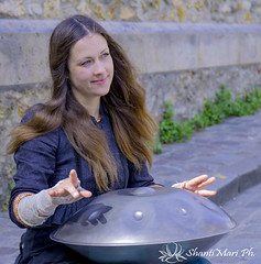 musician in Montmartre (Shanti Mari) Tags: women woman donna famme allaperto portrait ritratto musician musicista montmartre paris parigi percussion percussioni hang drum music melody musica melodia artista artist street strada hands mani