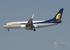 Jet Airways - Boeing 737-800 - VT-JBV (Stavridis - Aviation & Photography) Tags: omdb dubai emirati emirates uae boeing 737800 737 738 nextgen vtjbv jet spotting planespotters airliners airlines airline airpics planes landing runway