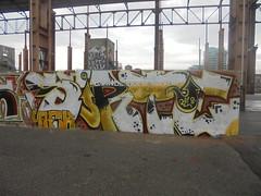 682 (en-ri) Tags: sorte afk crew nero giallo arrow torino wall muro graffiti writing parco dora 2018