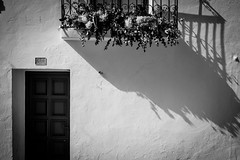 Sombra (soyelcote) Tags: es españa altea alicante bw blackwhite blancoynegro xpro2 benidorm street fuji puerta balcón door macetas