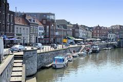 DSC_5827 Liegeplätze für Sportboote an der Kaimauer der Rur im Stadtzentrum von Roermond. (stadt + land) Tags: liegeplätze sportboote kaimauer rur stadtzentrum niederlande roermond hansestadt hanse neuehanse fluss maas grenze deutschland einkauf outlet grenzstadt