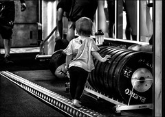 Moi aussi, je veux devenir forte... / I want to become strong too... (vedebe) Tags: humain human enfant sport sportifs noiretblanc netb nb bw monochrome ville city rue street urbain urban