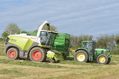 Claas Jaguar 980 SPFH filling a Lynch Trailer drawn by a John Deere 6930 Tractor (Shane Casey CK25) Tags: claas jaguar 980 spfh filling lynch trailer drawn john deere 6930 tractor jd green self propelled forage harvester traktor traktori tracteur trekker trator ciągnik innishannon silage silage18 silage2018 grass grass18 grass2018 winter feed fodder county cork ireland irish farm farmer farming agri agriculture contractor field ground soil earth cows cattle work working horse power horsepower hp pull pulling cut cutting crop lifting machine machinery nikon d7200