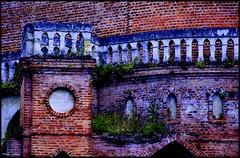 Poncé sur le Loir (Sarthe) (gondardphilippe) Tags: poncésurleloir sarthe maine paysdelaloire loir leloir briques bricks texture matière bleu blue orange rouge red ngc