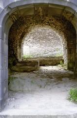 Saint-Rémy de Blot (Puy de Dôme) (Cletus Awreetus) Tags: france puydedôme auvergne strémydeblot architecture pierre porte châteaufort moyenâge middleage été ruines